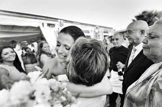 noiva abraça mãe