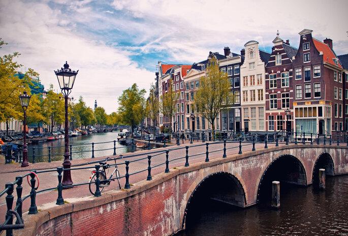 Amsterdam. Foto via Shutterstock: Veronika Galkina
