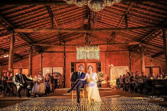 Casal na pista de dança da Mansão Fato