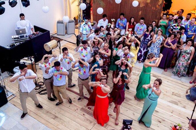 convidados se divertem em balada de casamento