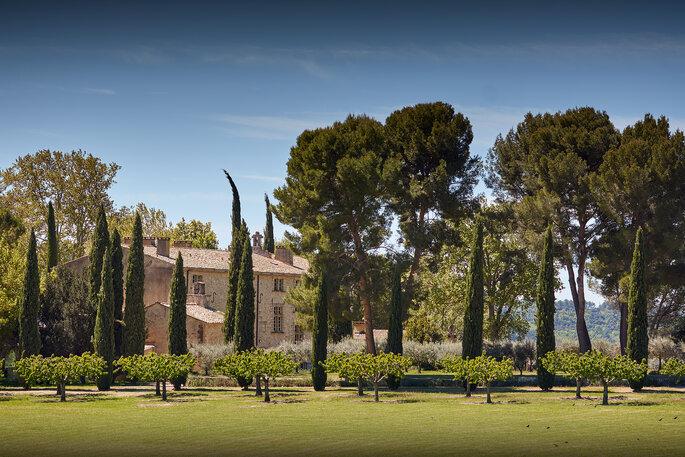 Château de Sannes - la bâtisse du domaine qui s'élève au beau milieu de la nature