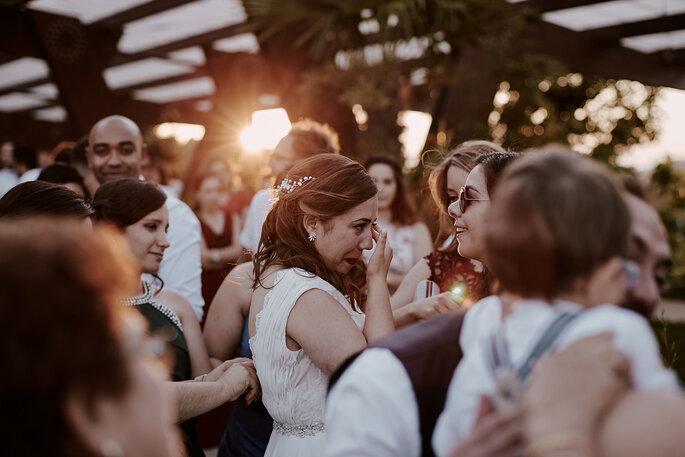 noiva emocionada no meio dos convidados