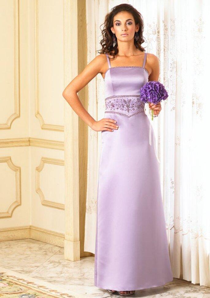 Hermoso vestido lila para una boda de noche: solera de cortes netos adornada únicamente con faja bordada en pedrería al tono, exiquistamente complementado con un pequeño ramo de violetas.