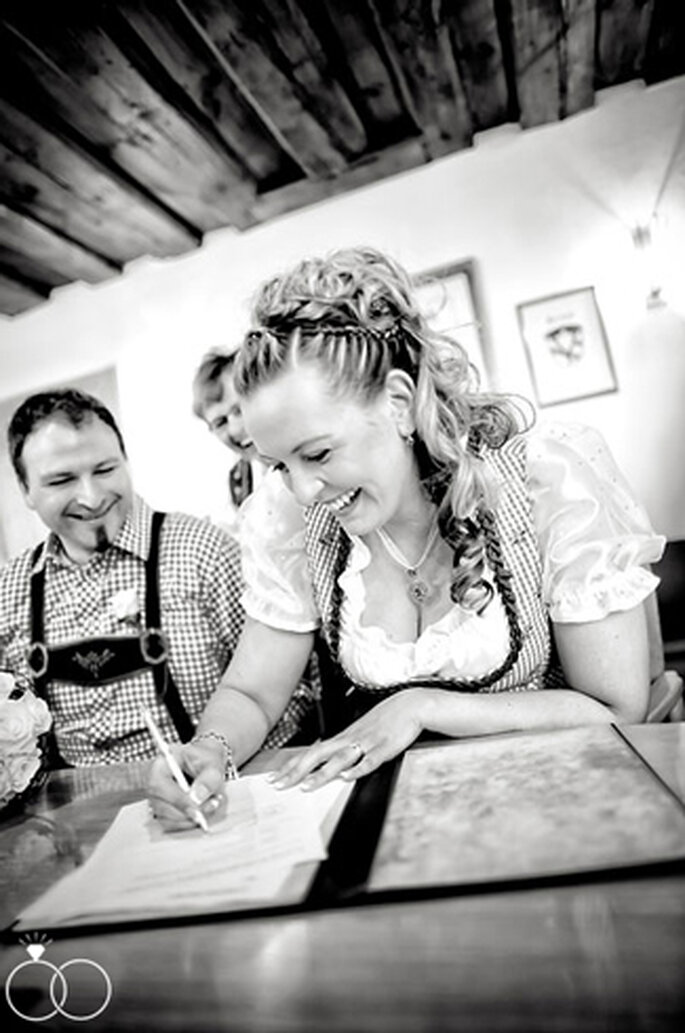 Gute Stimmung beim Setzen der Unterschrift. // Foto: Katja Schünemann
