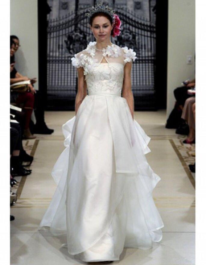 Vestido de novia con chaqueta estilo bolero y apliques de flores en el hombro