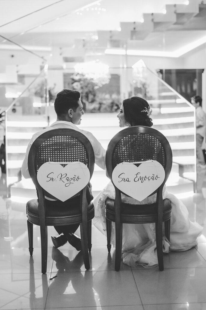 Detalhe da decoração nas cadeiras dos noivos