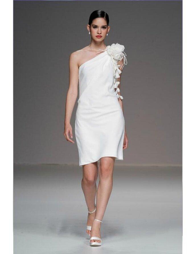 Schlichtes, kurzes Brautkleid mit auffälligem Accessoires. Brautkleid Cymbeline Kollektion 2012.