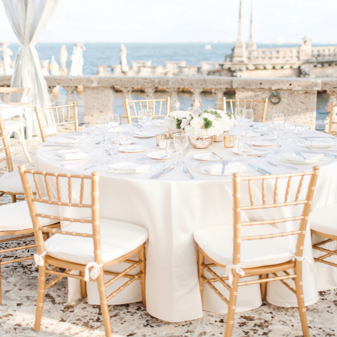 Une réception de mariage tenue au bord de l'océan.