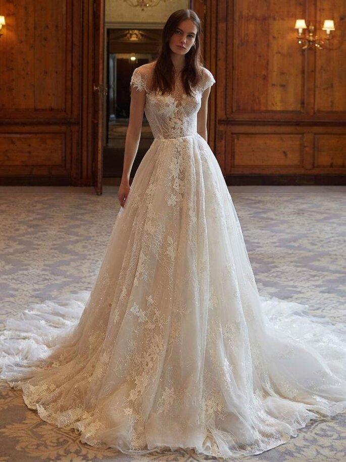 Galia Lahav vestido de novia en corte princesa con ilusión de strapless con el torso decorado con hermoso encaje floral y pedrería que se sextiende hasta la falda de tul.