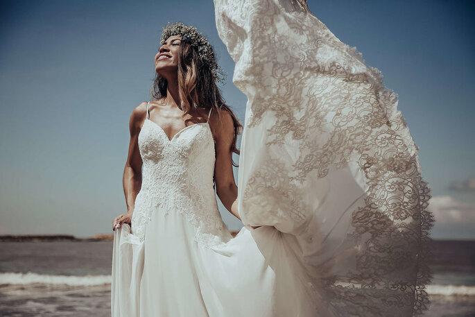 Mujer con vestido de novia en la playa