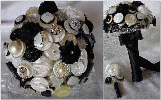 Bottoni neri, bianchi e perlati con qualche fiori di stoffa