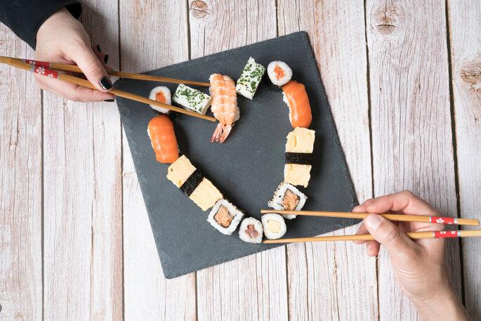 sushi in herzform gelegt