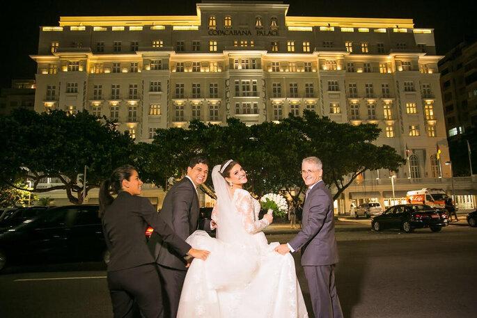 Cohen e noiva em frente ao Copacabana Palace