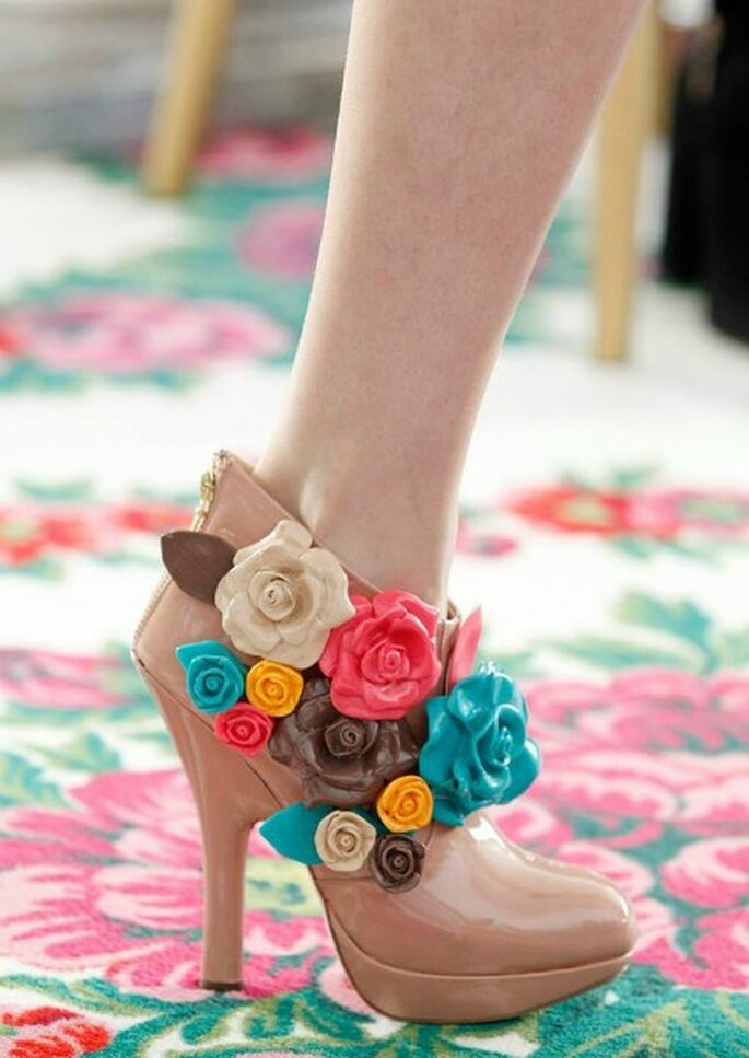 Zapatos maquillaje con flores color caramelo, de DelPozo otoño-invierno 2013-2014. Foto: DelPozo