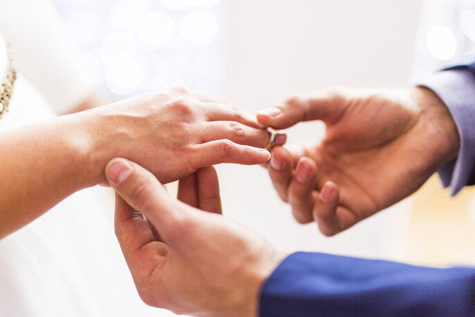 novio colocando anillo a novia