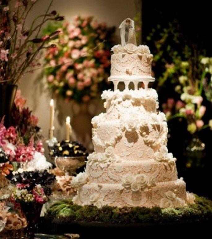 Pastel de boda con encaje. Imagen boutique de Tres