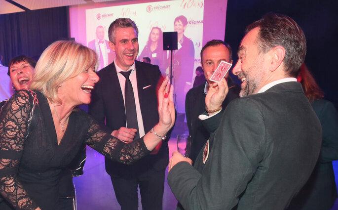Jean-Sébastien propose un tour de cartes à des invités pendant le cocktail.