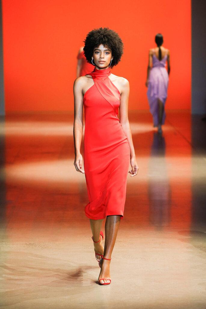 Vestido de fiesta rojo largo midi con cuello alto y hombros descubiertos