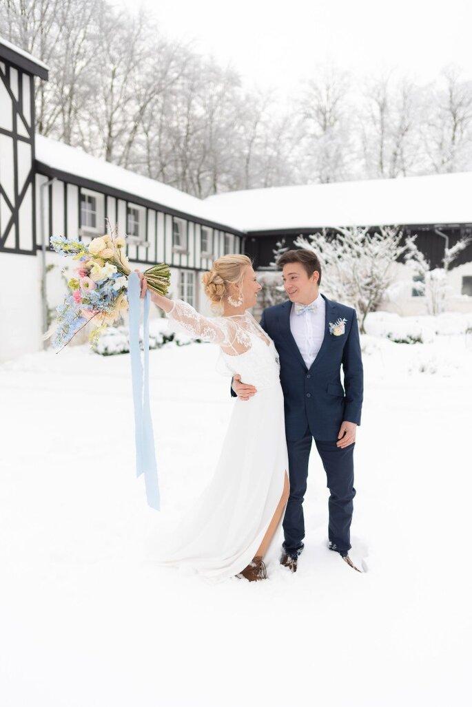 Un couple de mariés en hiver