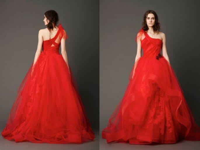 Vestido de novia de un hombro con aplicaciones y encaje en color rojo - Foto: Vera Wang blog