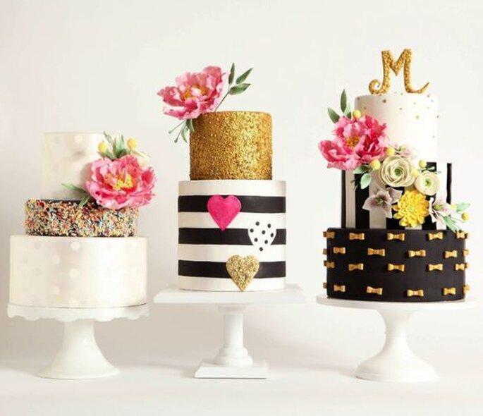 Trois gâteaux de mariage décorés avec de fleurs.