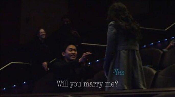 Propuesta de matrimonio en el cine con un trailer de película - Foto stopandstarephoto YouTube