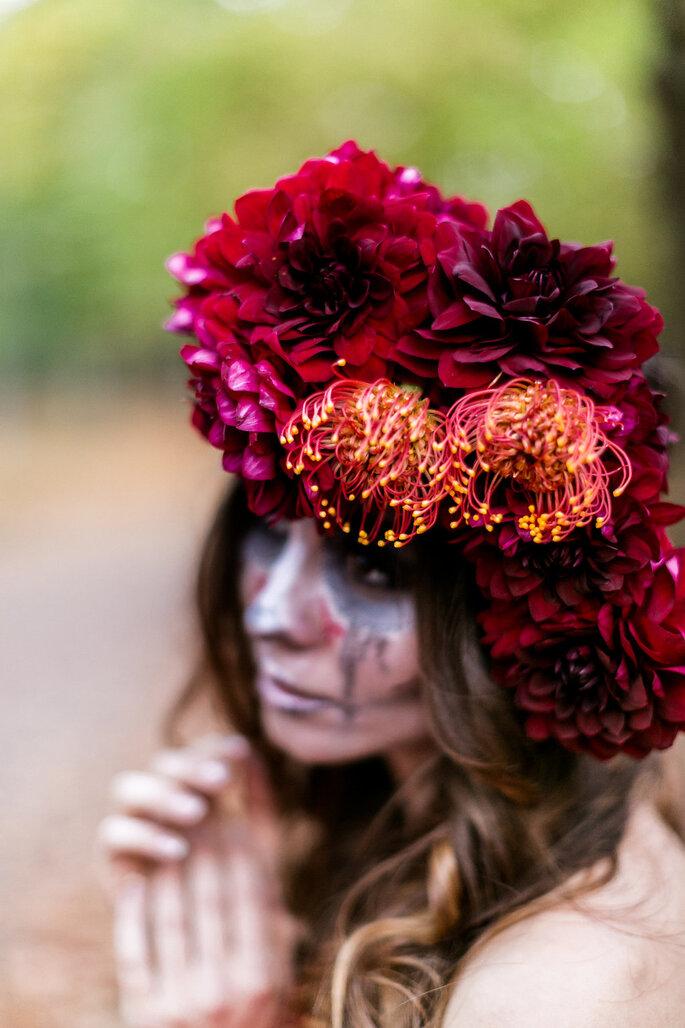 Dia de los Muertos Fotoshooting Inspiration Braut farbenfroh rot geschminkt mit Blumenkranz im Haar