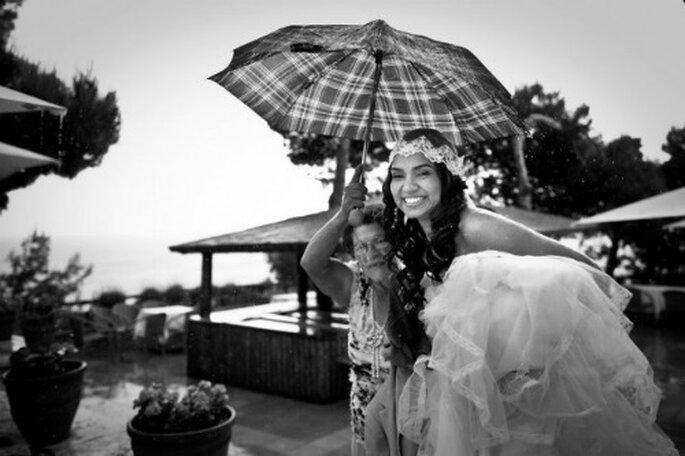 Novia recogiendo su vestido por la lluvia- Foto: Cesc Giralt