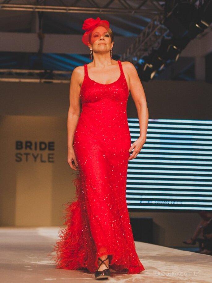 Uma convidada especial do desfile, uma noiva na vida real desfilando o vestido vermelho que usou para seu casamento. Foto: Dri Castro