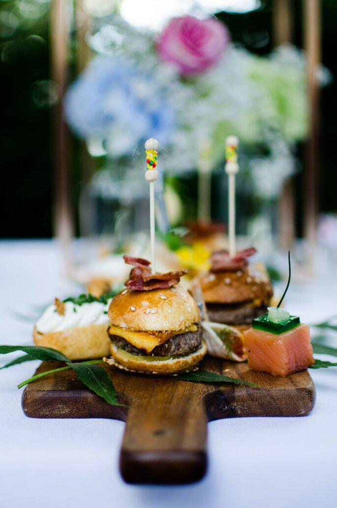 Des hamburgers et autres amuses-bouches servis à un mariage