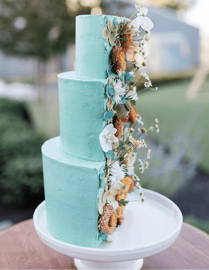 Hochzeitstorte Trend Hälfte mit Echtblumen beschmückt