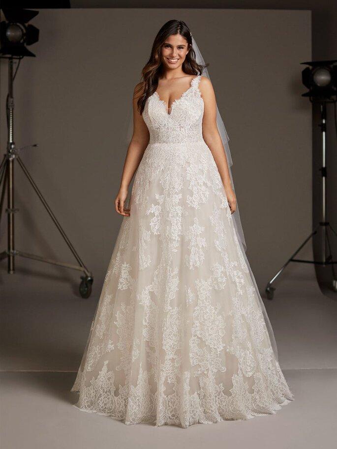 vestidos para gorditas Vestido de corte en A, con aplicaciones de encaje por todo el vestido, escote en V y espalda en pico.