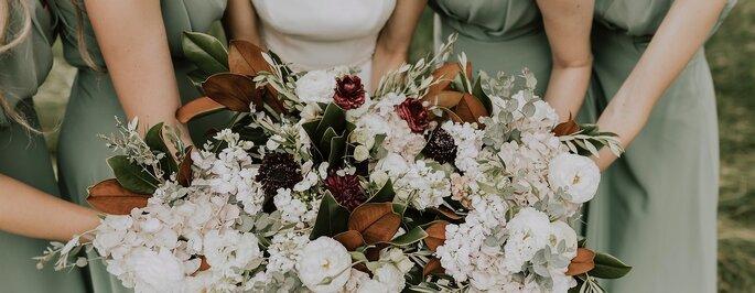 The rainbow factory wedding - un beau bouquet de fleas de saison tenu par la mariée et ses demoiselles d'honneur