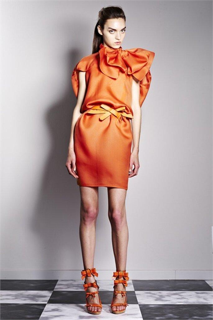 Maxi fiocco per l'invitata eccentrica in arancione. Foto via Viktor&Rolf 2013