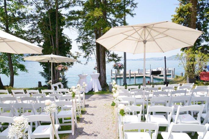 Blick auf eine Hochzeitslocation am Wasser.