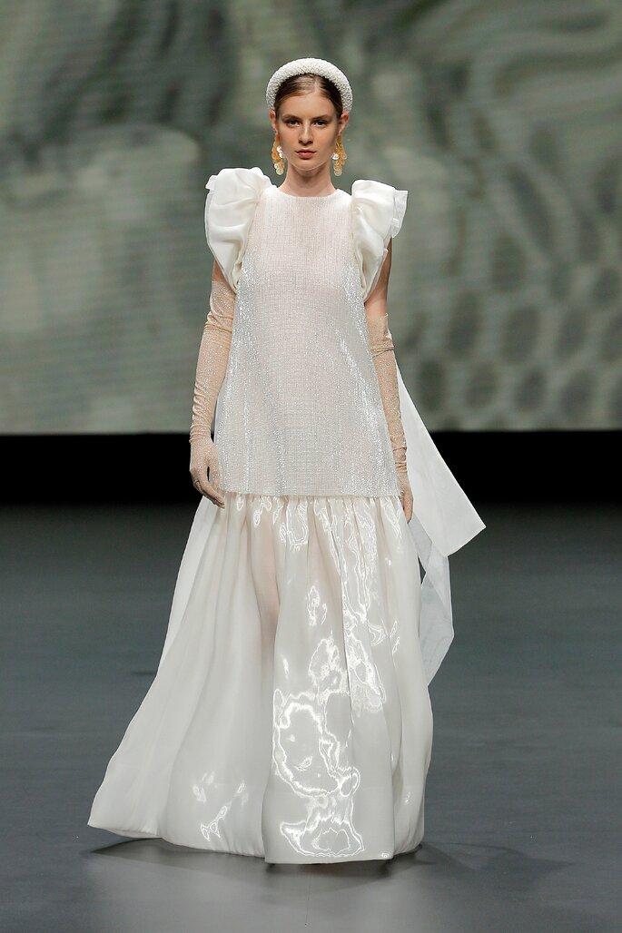 Colección Vestido de Novias 2021 Jesús Peiró vestido de novias amplio con cuello redondo, mangas cortas de volantes, guantes largos de transparencia y falda amplia de plisado