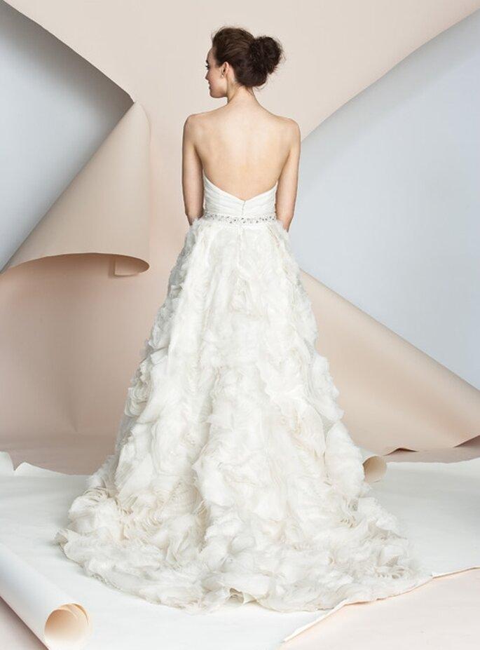 Vestido de novia de espalda descubierta con escote sencillo. Alyne Bridal 2012