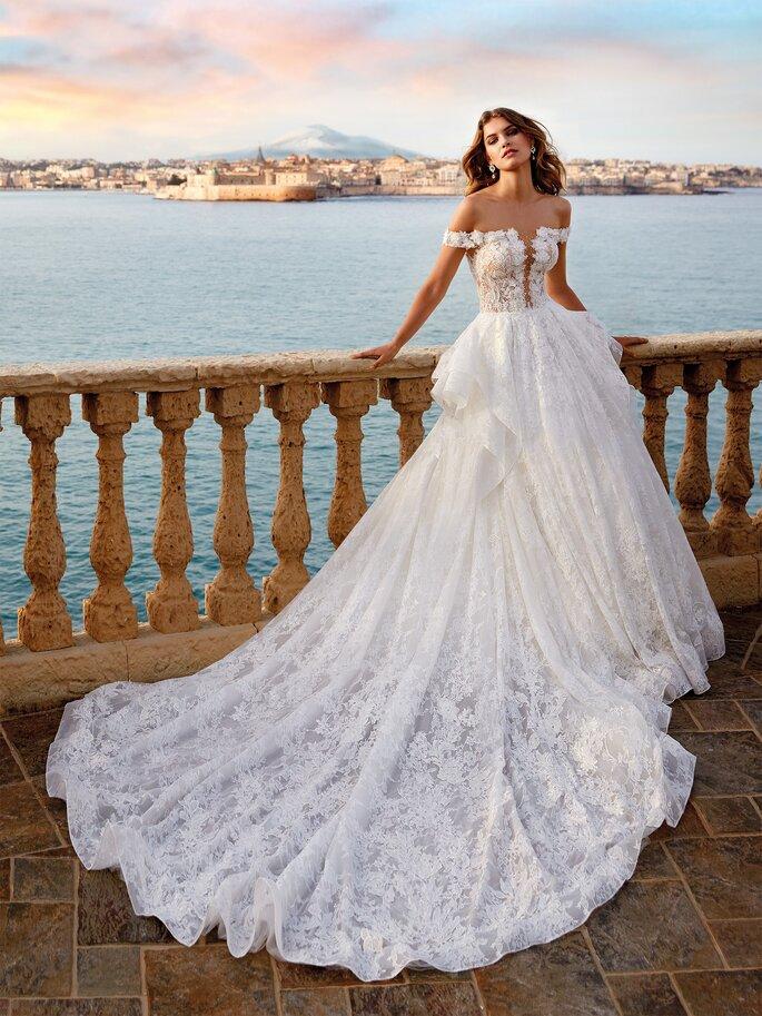 Vestido de novia corte princesa con escote V profundo