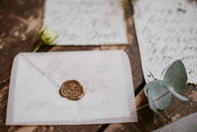 Elegante und edle Hochzeitspapeterie mit goldenem Siegel und transparenten Umschlag