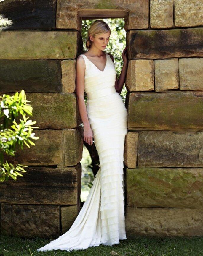 Vestido de novia señido al cuerpo con capas - Foto Amanda Wakeley