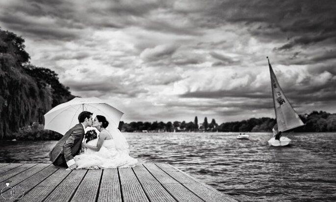 Romantischer geht es kaum... Hochzeitsfotos am Wasser. Foto von Katja Schünemann. ks-weddings.de
