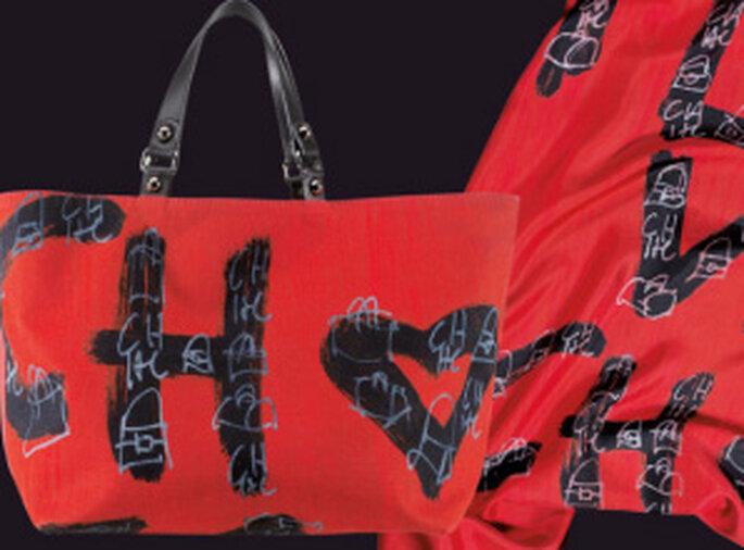 Bolsos grandes en tela roja con letras negras CH