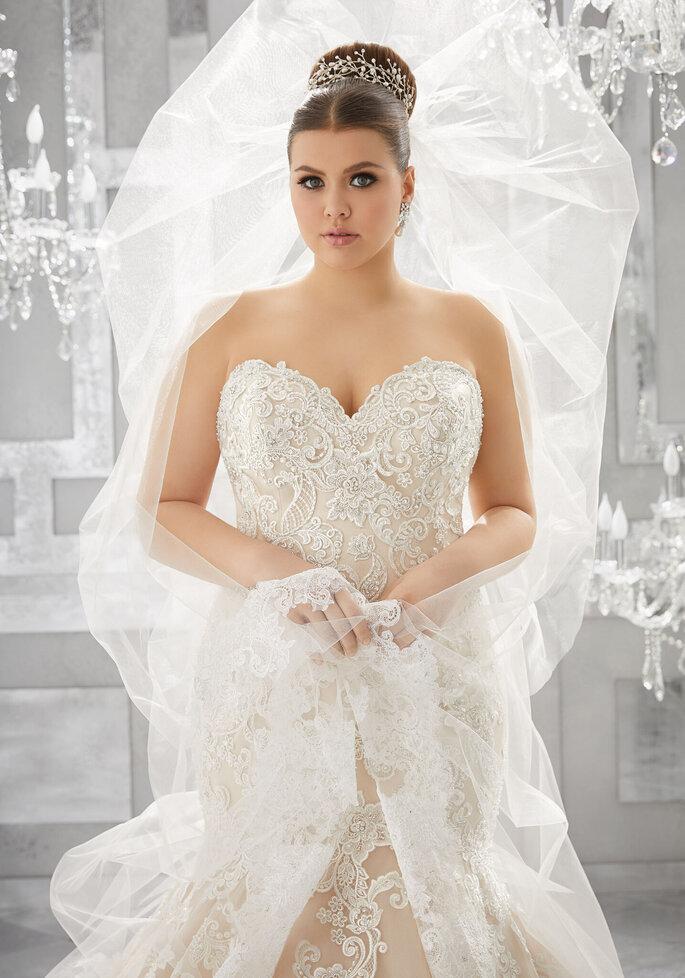vestidos para gorditas Vestido en corte A con escote en V, con cinturón de diamantes, decorado con encaje venecia sobre gasa.