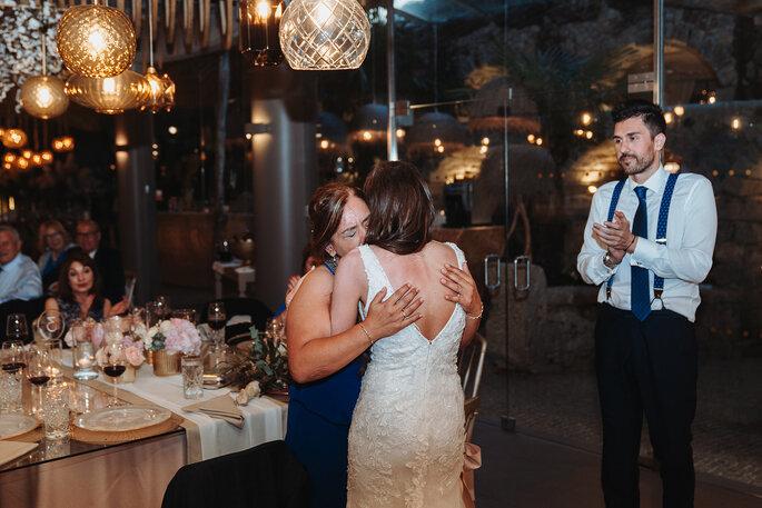 mãe abraça noiva emocionada casamento