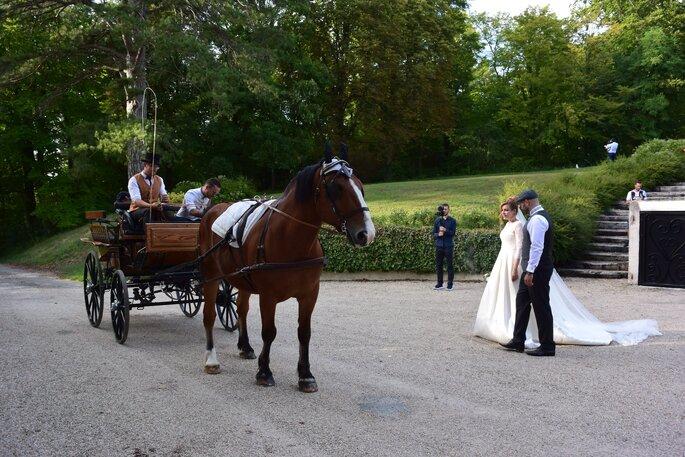 Une calèche avec un élégant cocher vient chercher les mariés pour les emmener jusqu'à leur cérémonie