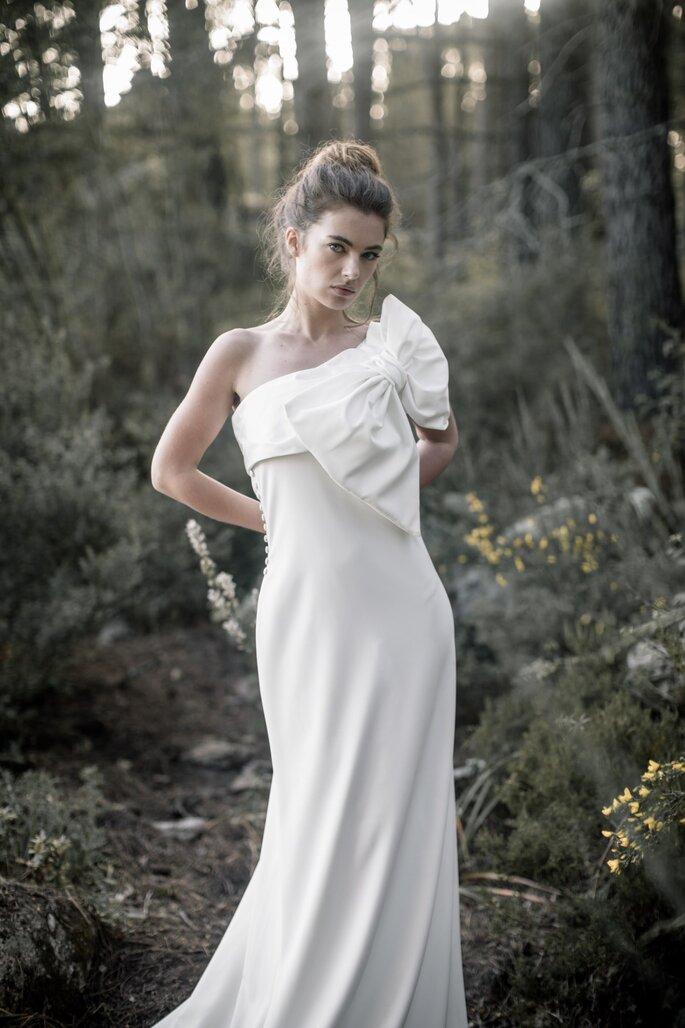 Une mariée avec une robe dotée d'un gros noeud