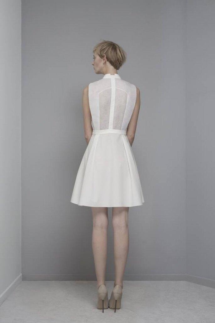 Vestido de novia estilo avant garde con cuello cerrado, sin mangas y falda corte trapecio - Foto Yiqing Yin