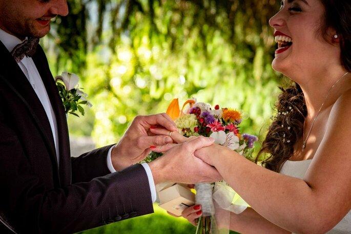 Novio pone el anillo a la novia