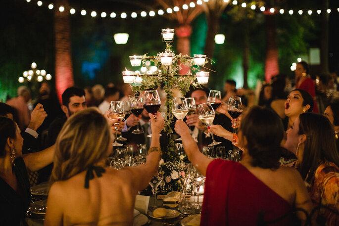 invitados brindando