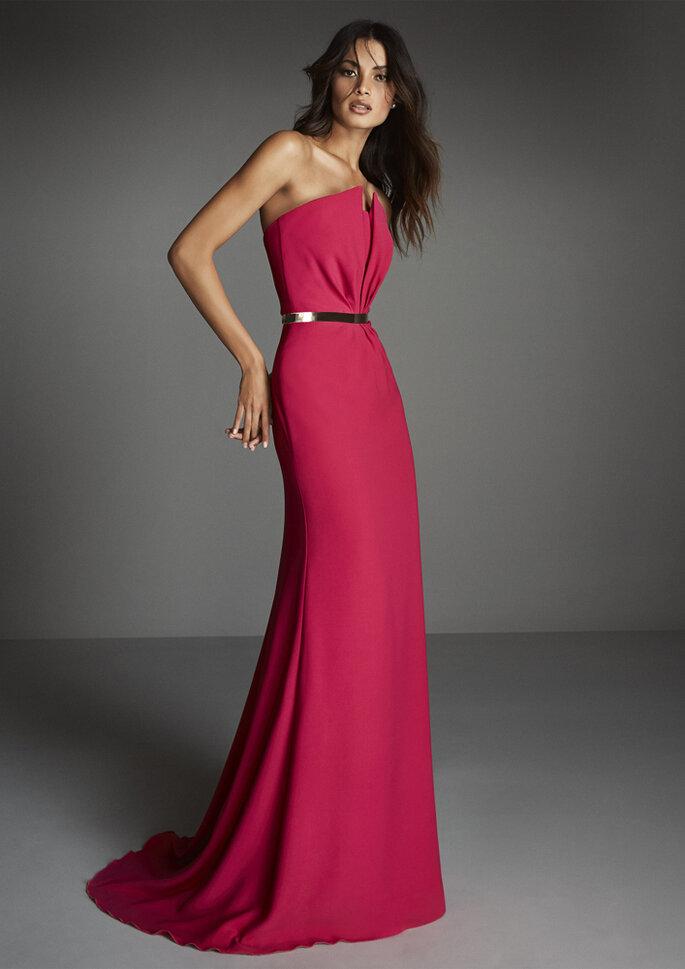 Osmoz Mariage - un modèle portant une superbe robe de soirée longue bustier chez Osmoz Mariage